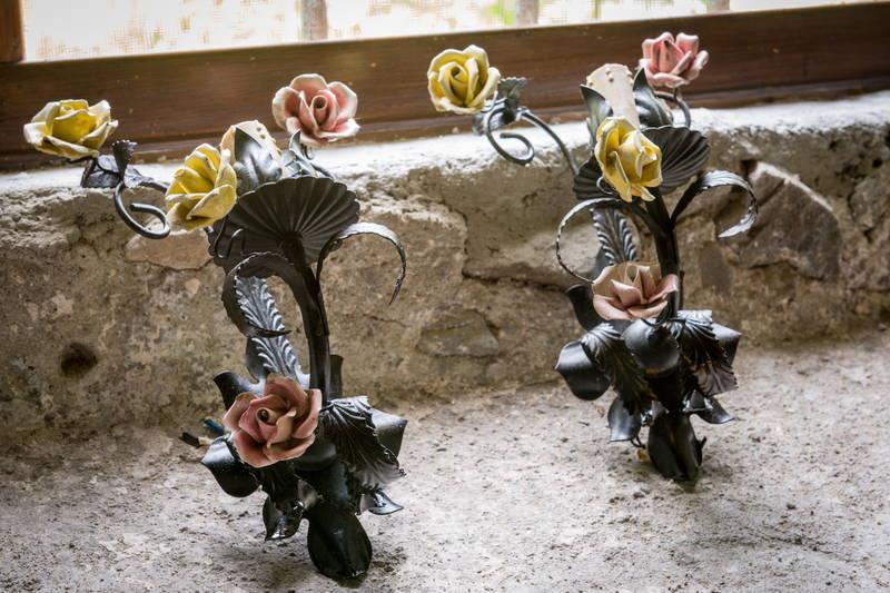 Applique ferro battuto con rose porcellana